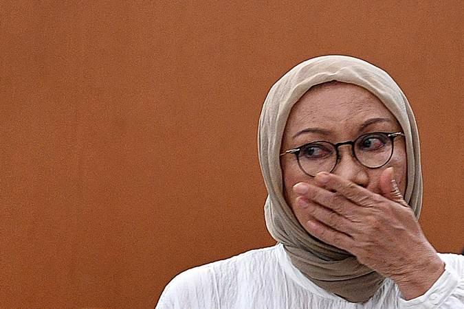 Terdakwa kasus dugaan penyebaran berita bohong atau hoaks Ratna Sarumpaet meninggalkan ruangan seusai menjalani sidang putusan di Pengadilan Negeri Jakarta Selatan, Jakarta, Kamis (11/7/2019). Majelis Hakim menjatuhkan hukuman dua tahun penjara terhadap Ratna Sarumpaet. ANTARA FOTO/Sigid Kurniawan