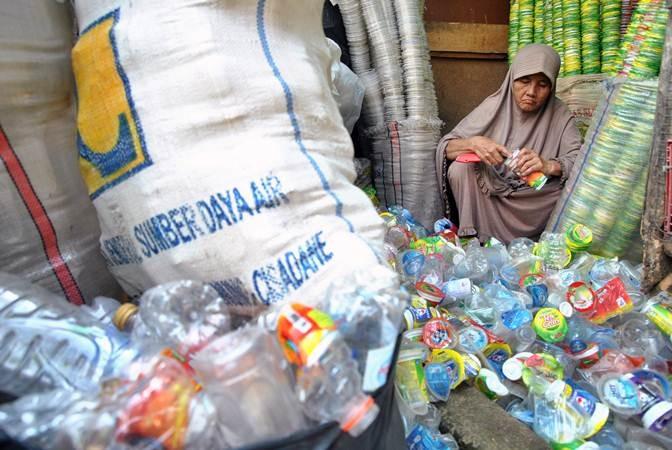 Pemulung Maryani (64 tahun) memilah bekas minuman kemasan plastik yang dikumpulkannya untuk dijual di Kampung Pulo Geulis RT 02/04, Kelurahan Babakan Pasar, Kota Bogor, Jawa Barat, Jum'at (12/7/2019). Penghasilannya yang dikumpulkan dan ditabung selama 26 tahun dari hasil memulung barang bekas tersebut mengantarkan niatnya untuk menunaikan ibadah haji ke tanah suci Mekkah bersama rombongan Jemaah Calon Haji (JCH) Kota Bogor Kloter 88. ANTARA FOTO/Arif Firmansyah