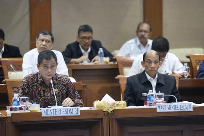 Menteri Energi dan Sumber Daya Mineral (ESDM) Ignasius Jonan (kiri) didampingi Wakil Menteri ESDM Arcandra Tahar memberikan penjelasan dalam rapat kerja dengan Komisi VII DPR di Jakarta, Senin (15/7/2019). Rapat tersebut antara lain membahas penguatan Dewan Energi Nasional dan subsidi energi. Bisnis/Dedi Gunawan