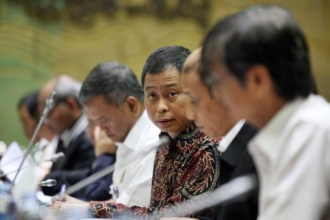 Menteri Energi dan Sumber Daya Mineral (ESDM) Ignasius Jonan memberikan penjelasan dalam rapat kerja dengan Komisi VII DPR di Jakarta, Senin (15/7/2019). Rapat tersebut antara lain membahas penguatan Dewan Energi Nasional dan subsidi energi. Bisnis/Dedi Gunawan