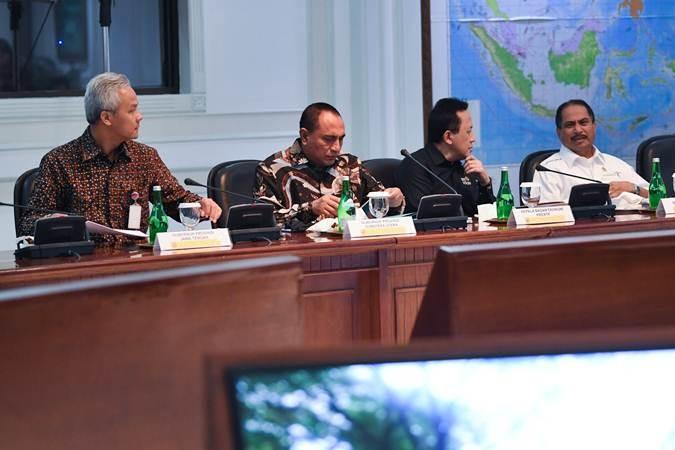 Menteri Pariwisata Arief Yahya (kanan), Kepala Badan Ekonomi Kreatif Triawan Munaf (kedua kanan), Gubernur Sumatera Utara Edy Rahmayadi (kedua kiri) dan Gubernur Jawa Tengah Ganjar Pranowo mengikuti rapat kabinet terbatas di Kantor Presiden Jakarta, Senin (15/7/2019). Pada ratas tersebut presiden memprioritaskan pengembangan lima destinasi Bali baru dari total 10 destinasi yang akan dibangun. ANTARA FOTO/Wahyu Putro A