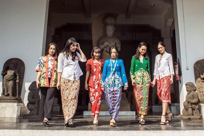 Sejumlah model berbusana kebaya berjalan saat sesi peragaan busana dalam acara #INDONESIABERKEBAYA di Museum Nasional, Jakarta, Selasa (16/7/2019). Komunitas Perempuan Berkebaya Indonesia mengadakan acara tersebut sebagai bentuk upaya melestarikan kebaya bagi masyarakat Indonesia. ANTARA FOTO/Aprillio Akbar