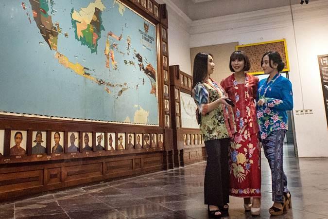 Sejumlah model berbusana kebaya berbincang-bincang saat sesi peragaan busana dalam acara #INDONESIABERKEBAYA di Museum Nasional, Jakarta, Selasa (16/7/2019). Komunitas Perempuan Berkebaya Indonesia mengadakan acara tersebut sebagai bentuk upaya melestarikan kebaya bagi masyarakat Indonesia. ANTARA FOTO/Aprillio Akbar