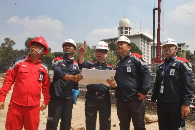 Manager Quality Health Safety and Environment (QHSE) PT Waskita Karya Tbk Tedi Mulyadi (dari kiri) bersama Site Operational Officer Wawan Puji Siswanto, Project Manager Moch Isa, Site Operational Manager Bambang Priyambodo, dan Senior Vice President QHSE Subkhan, meninjau proyek renovasi Masjid Istiqlal, di Jakarta, Rabu (17/7/2019). Waskita Karya dipercaya mengerjakan proyek renovasi Masjid Istiqlal yang dijadwalkan selesai pada 2020, dengan nilai kontrak sebesar Rp465.300.998.000. Bisnis/Endang Muchtar