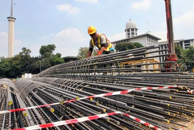 Pekerja PT Waskita Karya Tbk menyusun kerangka beton proyek renovasi Masjid Istiqlal, di Jakarta, Rabu (17/7/2019). Waskita Karya dipercaya mengerjakan proyek renovasi Masjid Istiqlal yang dijadwalkan selesai pada 2020, dengan nilai kontrak sebesar Rp465.300.998.000. Bisnis/Endang Muchtar