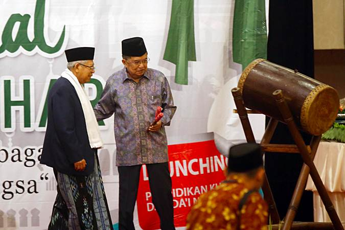 Ketua Umum Dewan Masjid Indonesia (DMI) Jusuf Kalla (kanan) berbincang dengan Ketua Majelis Ulama Indonesia Ma'ruf Amin saat acara Milad ke-47 DMI, di Jakarta, Rabu (17/7/2019). Pada acara Milad ke-47 DMI sekaligus halalbihalal yang mengangkat tema Islam Rahmatan Lil 'Alamin sebagai Modal Utama Membangun Bangsa tersebut juga diluncurkan program pendidikan khatib dan da'i nasional bersertifikat guna memaksimalkan peran dan fungsi khatib dan pendakwah yang berkualitas. Bisnis/Abdullah Azzam