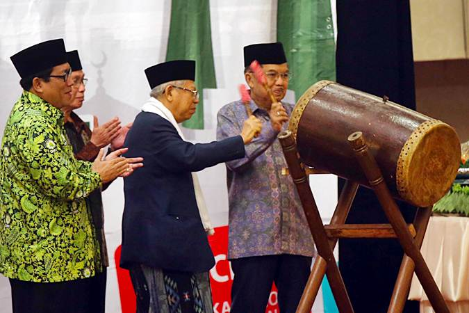 Ketua Umum Dewan Masjid Indonesia (DMI) Jusuf Kalla (kanan) bersama Ketua Majelis Ulama Indonesia Ma'ruf Amin (kedua kanan) membuka acara Milad ke-47 DMI, di Jakarta, Rabu (17/7/2019). Pada acara Milad ke-47 DMI sekaligus halalbihalal yang mengangkat tema Islam Rahmatan Lil 'Alamin sebagai Modal Utama Membangun Bangsa tersebut juga diluncurkan program pendidikan khatib dan da'i nasional bersertifikat guna memaksimalkan peran dan fungsi khatib dan pendakwah yang berkualitas. Bisnis/Abdullah Azzam