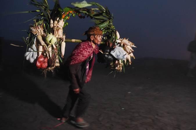 Warga suku Tengger memikul engke untuk dilarung ke kawah Gunung Bromo pada Upacara Yadnya Kasada, Probolinggo, Jawa Timur, Kamis (18/7/2019). Upacara Kasada merupakan upacara adat masyarakat Suku Tengger sebagai bentuk ucapan syukur kepada Sang Hyang Widi sekaligus meminta berkah dan menjauhkan dari malapetaka. ANTARA FOTO/Zabur Karuru
