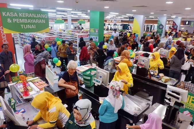 """Suasana tempat perbelanjaan Giant usai peluncuran """"Giant Tampil Beda"""" di Sawangan, Depok, Jawa Barat, Jumat (19/7/2019). Giant memanjakan pelanggan dengan suasana baru yang segar, fasilitas yang lebih lengkap, beragam produk berkualitas, juga dengan promosi terbaik supaya tetap berkomitmen kuat untuk bisnisnya di Indonesia. Bisnis/Nurul Hidayat"""