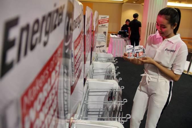 Karyawan mengamati produk Energizer saat peluncuran tampilan baru Energizer, di Jakarta, Jumat (19/7/2019). Energizer memperkenalkan tampilan atau visual baru dengan tema Brand Refresh - Long Lasting Light Hearted yang menyajikan kotemporer lebih cerah dan warna yang berbeda, mulai dari kemasan, display dan logo di semua lini produknya. Bisnis/Triawanda Tirta Aditya