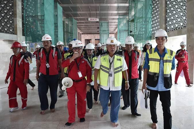 Menteri PUPR Basuki Hadimuljono (ketiga kanan) saat meninjau proyek renovasi Masjid Istiqlal, Jakarta, Sabtu (20/7/2019). Kementerian PUPR menyiapkan anggaran sebesar Rp465,3 miliar dalam renovasi Masjid Istiqlal dengan lingkup pekerjaan meliputi pembangunan gedung parkir, penataan kawasan, arsitektur, interior, renovasi sistem mekanikal, elektrikal, dan plumbing (MEP). ANTARA FOTO/M Risyal Hidayat