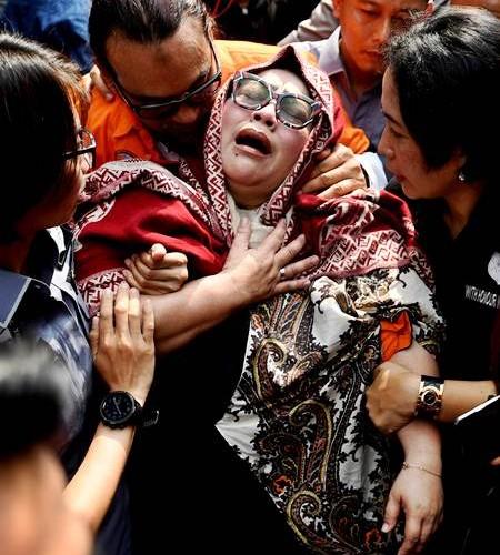 Tersangka kasus penyalahgunaan narkoba Tri Retno Prayudati alias Nunung (depan) dan July Jan Sambiran (belakang) menangis saat rilis kasus di Mapolda Metro Jaya, Jakarta, Senin (22/7/2019). Komedian Srimulat dan suaminya itu ditangkap pihak kepolisian dengan barang bukti sabu seberat 0,36 gram. ANTARA FOTO/Akbar Nugroho Gumay