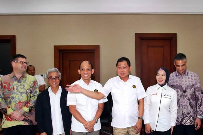 Menteri ESDM Ignasius Jonan (ketiga kanan) bersama Wakil Menteri ESDM Arcandra Tahar (ketiga kiri), Dirut Pertamina Nicke Widyawati (kedua kanan), Kepala SKK Migas Dwi Soetjipto (kedua kiri), General Manager Repsol Indonesia Greg Holman (kiri) dan President & GM at ConocoPhillips Indonesia Bij Agarwal, usai jumpa pers pengumuman pengelolaan lanjutan Blok Migas Corridor di Jakarta, Senin (22/7/2019). Persetujuan perpanjangan Kontrak Kerja Sama Wilayah Kerja Corridor telah ditetapkan dengan Pemegang Partisipasi Interes: ConocoPhillips (Grissik) Ltd. (46%) sebagai operator, Talisman Corridor Ltd. (Repsol) (24%), dan PT Pertamina Hulu Energi Corridor (30%). Partisipasi Interes yang dimiliki para pemegang interes tersebut termasuk Partisipasi Interes 10% yang akan ditawarkan kepada Badan Usaha Milik Daerah. Bisnis/Abdullah Azzam