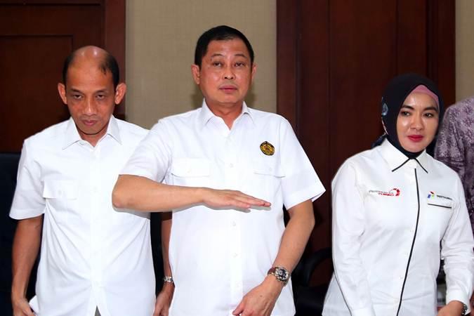 Menteri ESDM Ignasius Jonan (tengah) bersama Wakil Menteri ESDM Arcandra Tahar (kiri) dan Dirut Pertamina Nicke Widyawati usai jumpa pers pengumuman pengelolaan lanjutan Blok Migas Corridor di Jakarta, Senin (22/7/2019). Persetujuan perpanjangan Kontrak Kerja Sama Wilayah Kerja Corridor telah ditetapkan dengan Pemegang Partisipasi Interes: ConocoPhillips (Grissik) Ltd. (46%) sebagai operator, Talisman Corridor Ltd. (Repsol) (24%), dan PT Pertamina Hulu Energi Corridor (30%). Partisipasi Interes yang dimiliki para pemegang interes tersebut termasuk Partisipasi Interes 10% yang akan ditawarkan kepada Badan Usaha Milik Daerah. Bisnis/Abdullah Azzam