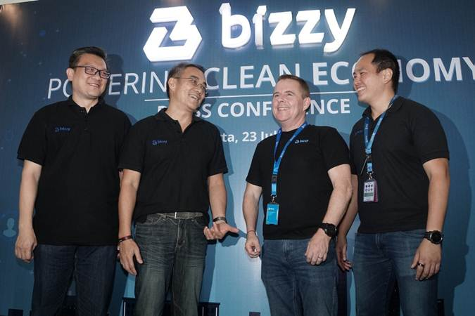 CEO Bizzy Distribution, Harsinto Huang (dari kiri) berbincang dengan CFO Bizzy Group, David Tendian, CEO Bizzy Logistics, Paul Good, dan CEO Bizzy Group, Andrew Mawikere di sela-sela konferensi pers di Jakarta, Selasa (23/7/2019). Bizzy.co.id yang merupakan platform marketplace business to business (B2B) dan pengadaan elektronik tersebut memperluas cakupan bisnisnya meliputi logistik dan distribusi. Melalui ekspansi bisnis ini, Bizzy Group kini memiliki empat layanan yang terdiri dari Bizzy Marketplace, Bizzy Consolidation, Bizzy Logistics dan Bizzy Distribution. Bisnis/Himawan L Nugraha