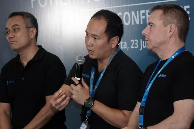 CEO Bizzy Group, Andrew Mawikere (tengah) didampingi CFO Bizzy Group, David Tendian (kiri) dan CEO Bizzy Logistics, Paul Good memberikan pemaparan dalam konferensi pers di Jakarta, Selasa (23/7/2019). Bizzy.co.id yang merupakan platform marketplace business to business (B2B) dan pengadaan elektronik tersebut memperluas cakupan bisnisnya meliputi logistik dan distribusi. Melalui ekspansi bisnis ini, Bizzy Group kini memiliki empat layanan yang terdiri dari Bizzy Marketplace, Bizzy Consolidation, Bizzy Logistics dan Bizzy Distribution. Bisnis/Himawan L Nugraha