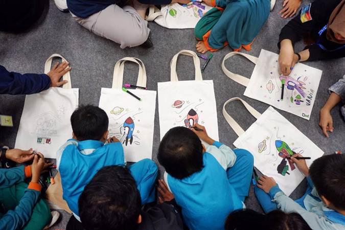 Karyawan dan member independen Herbalife Nutrition Indonesia bermain bersama anak-anak saat peringatan Hari Anak Nasional (HAN) 2019, di Jakarta, Selasa (23/7/2019). Herbalife Nutrition Indonesia mengajak anak-anak dari Rumah Autis untuk melakukan gaya hidup sehat melalui edukasi terhadap pentingnya nutrisi, kegiatan keterampilan, dan berbagai perlombaan guna berbagi kebahagiaan serta memberikan edukasi akan pentingnya kualitas keluarga dalam perlindungan anak Indonesia. Bisnis/Nurul Hidayat