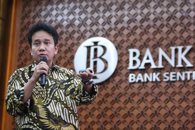 Deputi Gubernur Senior (DGS) Bank Indonesia Mirza Adityaswara menyampaikan kondisi terkini perekonomian Indonesia, sebelum berakhirnya masa tugas sebagai DGS, di Jakarta, Selasa (23/7/2019). Bisnis/Dedi Gunawan