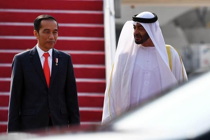 Presiden Joko Widodo berbincang dengan Putra Mahkota Abu Dhabi/Wakil Panglima Tertinggi Angkatan Bersenjata Persatuan Emirat Arab Sheikh Mohamed Bin Zayed Al Nahyan saat kunjungan kenegaraan di Bandara Soekarno Hatta, Banten, Rabu (24/7/2019). ANTARA FOTO/Wahyu Putro A
