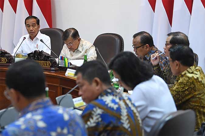 Presiden Joko Widodo (kiri) didampingi Wakil Presiden Jusuf Kalla memimpin rapat kabinet terbatas di Kantor Presiden, Jakarta, Senin (12/8). Rapat kabinet terbatas tersebut membahas evaluasi pelaksanaan mandatori biodiesel. Antara/Wahyu Putro A