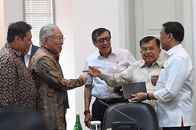 Wakil Presiden Jusuf Kalla (kedua kanan) berbincang Menko Polhukam Wiranto (kanan), Menteri Perindustrian Airlangga Hartarto (kiri), Menteri Perdagangan Enggartiasto Lukita (kedua kanan) dan Menteri Hukum dan HAM Yasonna Laoly (tengah) sebelum mengikuti rapat kabinet terbatas di Kantor Presiden, Jakarta, Senin (12/8/2019). Rapat kabinet terbatas tersebut membahas evaluasi pelaksanaan mandatori biodiesel. Antara/Wahyu Putro A