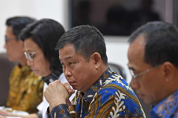 Menteri ESDM Ignasius Jonan (kedua kanan) bersama Kepala Staf Presiden Moeldoko (kiri), Menteri Keuangan Sri Mulyani (kedua kiri) dan Menteri Perhubungan Budi Karya Sumadi mengikuti rapat kabinet terbatas di Kantor Presiden, Jakarta, Senin (12/8). Rapat kabinet terbatas tersebut membahas evaluasi pelaksanaan mandatori biodiesel. Antara/Wahyu Putro A