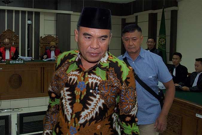 Terdakwa kasus suap terhadap hakim PN Semarang yang mengadili gugatan praperadilan tentang penetapan tersangka, Bupati nonaktif Jepara Ahmad Marzuqi (depan), meninggalkan ruang sidang usai menjalani sidang dengan agenda pembacaan tuntutan, di Pengadilan Tipikor Semarang, Jawa Tengah, Selasa (13/8). Jaksa Penuntut Umum dari KPK menuntut Ahmad Marzuqi dengan hukuman empat tahun penjara dan denda Rp500 juta subsider enam bulan kurungan serta pencabutan hak politiknya selama lima tahun. Antara/R. Rekotomo