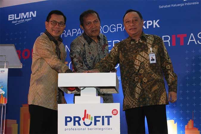 Wakil Ketua Komisi Pemberantasan Korupsi (KPK) Saut Situmorang (tengah) didampingi Direktur Utama PT Bank Tabungan Negara Tbk. Maryono (kanan) dan Komisaris Utama Asmawi Syam menekan tombol sebagai tanda peluncuran Logo PROFIT (Profesional Berintegritas) dan CEK (Cegah Korupsi) pada website Bank BTN di Jakarta, Selasa (13/8).