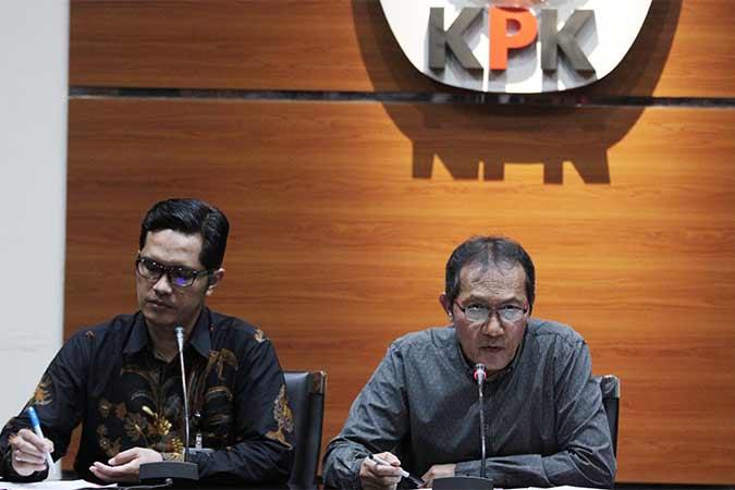 Wakil Ketua Komisi Pemberantasan Koruspi (KPK) Saut Situmorang (kanan) didampingi Juru Bicara KPK Febriadiansyah (kiri) menyampaikan keterangan pers terkait pengembangan kasus dugaan korupsi KTP Elektronik di Gedung Merah Putih KPK, Jakarta, Selasa (13/8). KPK dalam pengembangannya telah menetapkan empat tersangka baru yakni MSH, ISE, HSF dan PLS sehingga sampai saat ini KPK telah memproses 14 orang dalam perkara dugaan korupsi pengadaan KTP Elektronik. Antara/Reno Esnir