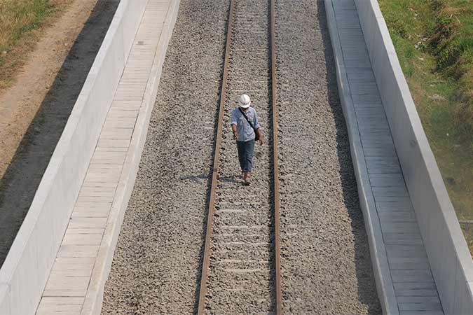 Pekerja beraktivitas di area pembangunan jalur terowongan rel kereta api Bandara Adi Soemarmo di Ngemplak, Boyolali, Jawa Tengah, Rabu (14/8). Jalur kereta api yang menghubungkan Bandara Adi Soemarmo - Stasiun Balapan Solo sepanjang 13,5 km tersebut dibangun dengan jalur tunggal. Antara/Aloysius Jarot Nugroho