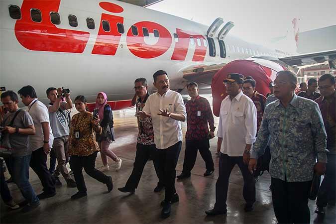 Menko Perekonomian Darmin Nasution (kanan), Menteri Perhubungan Budi Karya Sumadi (kedua kanan) didampingi pendiri Lion Air Group Rusdi Kirana (ketiga kanan) meninjau fasilitas hanggar Batam Aero Teknik (BAT) Lion Air Group di Bandara Hang Nadim, Batam, Kepulauan Riau, Rabu (14/8). Sebagai upaya pengembangan investasi di bidang transportasi udara di Indonesia, BAT Lion Air Group bersama Garuda Maintenance Facility (GMF) Aero Asia membangun fasilitas maintenance, repair and overhaul (MRO) di Bandara Hang Nadim Batam. Antara/M N Kanwa