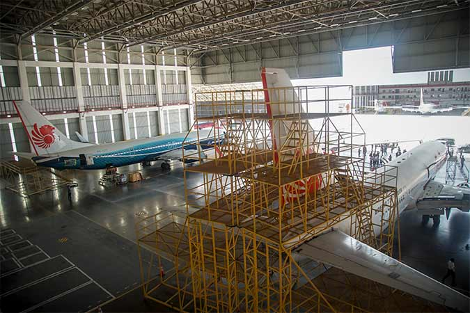 Pekerja melakukan perawatan rutin sejumlah pesawat Lion Air di hanggar Batam Aero Teknik (BAT) Lion Air Group Bandara Hang Nadim, Batam, Kepulauan Riau, Rabu (14/8). Antara/M N Kanwa