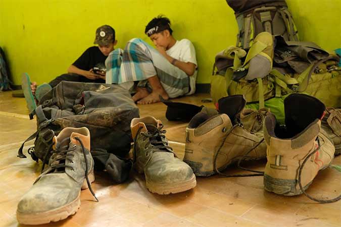 Pendaki beristirahat di base camp pendakian gunung Sumbing Desa Garung, Kalikajar, Wonosobo, Jawa Tengah, Senin (12/8/2019). Pihak Perhutani, FPGS (Forum Pengelola Gunung Sumbing) dan BPBD setempat menutup pendakian gunung Sumbing sejak Minggu (11/8/2019) sampai waktu yang belum ditentukan akibat bencana kebakaran di hutan gunung Sumbing. Antara/Anis Efizudin