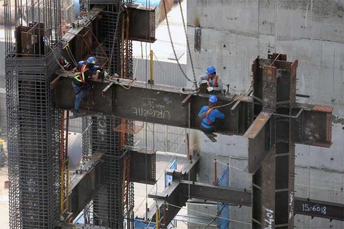 Pekerja memasang besi konstruksi pembangunan gedung perkantoran di Jakarta, Rabu (14/8). Colliers International merilis laporan bahwa ketegangan perang dagang AS-China telah memberi dampak pada bisnis properti dan bisnis sewa perkantoran di Asia. Meski demikian, pasar properti dalam pasar domestik Asia terpantau stabil. Bisnis/Dedi Gunawan