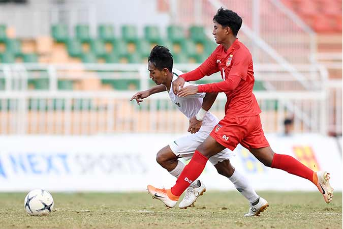 Pesepakbola Indonesia Becham Putra Nugraha (kiri) berusaha melewati pesepakbola Myanmar Yan Kyaw Soe saat bertanding pada penyisihan Grup A Piala AFF U-18 2019 di Stadion Thong Nhat, Ho Chi Minh, Vietnam, Rabu (14/8/2019). Indonesia bermain imbang dengan Myanmar dengan skor 1-1 (0-0) dan menjadi juara Grup B dengan poin 13. Antara/Yusran Uccang