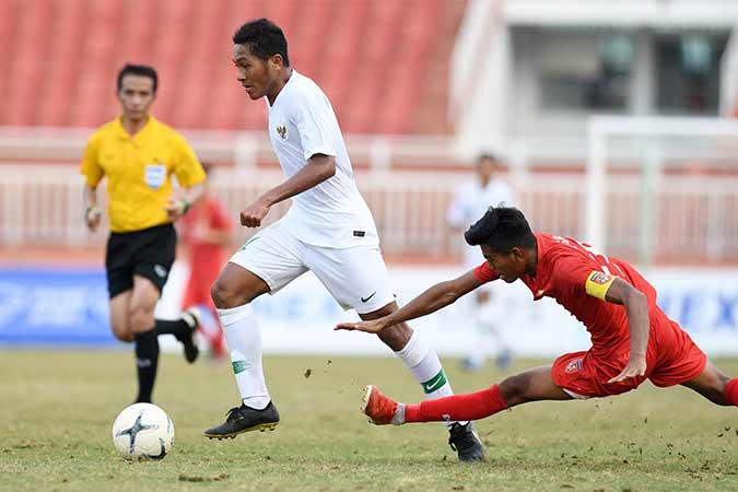 Pesepakbola Indonesia Fajar Fatur Rachman (kiri) berusaha melewati pesepakbola Myanmar Naung Soe (kanan) saat bertanding pada penyisihan Grup A Piala AFF U-18 2019 di Stadion Thong Nhat, Ho Chi Minh, Vietnam, Rabu (14/8/2019). Indonesia bermain imbang dengan Myanmar dengan skor 1-1 (0-0). Antara/Yusran Uccang