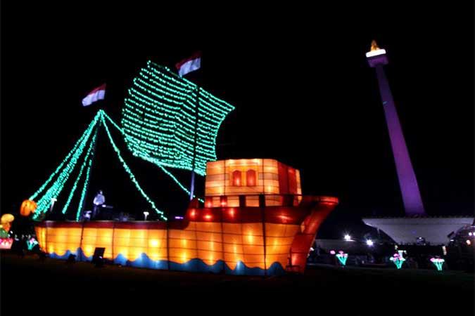 Pengunjung menikmati keindahan warna-warni lampu dalam Festival Of Light di kawasan Monumen Nasional (Monas), Jakarta, Rabu (14/8). Pertunjukkan tersebut diselenggarakan Dinas Pariwisata dan Kebudayaan DKI Jakarta sebagai rangkaian acara peringatan HUT ke-74 Republik Indonesia, dan berlangsung mulai 14-25 Agustus 2019. Bisnis/Arief Hermawan P.n