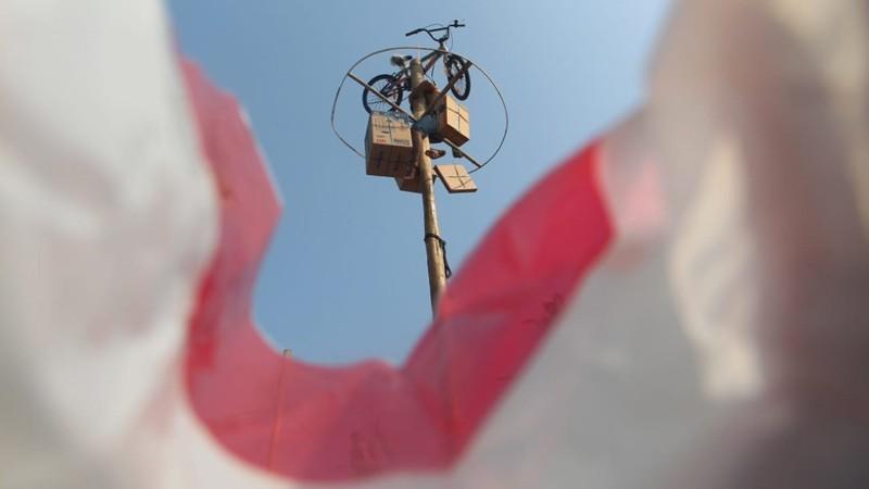 Warga mengikuti lomba panjat pinang massal di Pantai Carnaval Ancol, Jakarta, Sabtu (17/8/2019). Menyambut HUT ke-74 Kemerdekaan Republik Indonesia, Taman Impian Jaya ancol menggelar sejumlah acara, salah satunya adalah lomba panjat pinang massal dengan total 174 pohon pinang. Bisnis/Triawanda Tirta Aditya