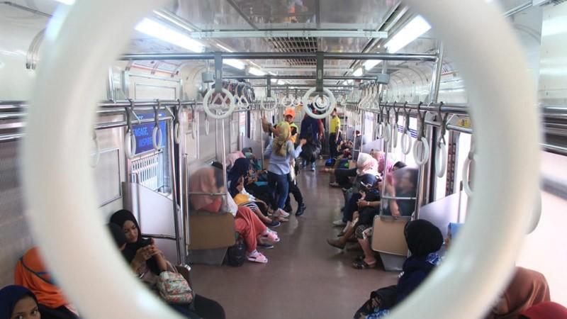 Penumpang berada di dalam kereta commuter line di Stasiun Kota, Jakarta, Sabtu (17/8/2019). Hari ini PT Kereta Commuter Indonesia memberikan tarif promo kemerdekaan Rp1 ke seluruh relasi perjalanan dengan menggunakan Kartu Multi Trip, Tiket Harian Berjaminan, dan kartu uang elektronik bank yang bekerja sama dengan KCI. Bisnis/Triawanda Tirta Aditya