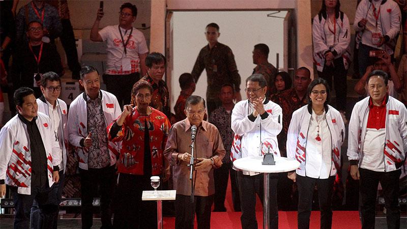 Wakil Presiden Jusuf Kalla (keempat kanan) didampingi Kepala Badan Ekonomi Kreatif Triawan Munaf (kanan), Menteri Keuangan Sri Mulyani Indrawati (kedua kanan), Menkominfo Rudiantara (ketiga kanan), Menteri Kelautan dan Perikanan Susi Pudjiastuti (keempat kiri), Kepala BKPM Thomas Lembong (ketiga kiri), Pengusaha Wishnutama (kedua kiri), dan Pengusaha Erick Thohir meluncurkan Ignite the Nation-Gerakan Nasional 1.000 Startup Digital Satu Indonesia di Istora Senayan, Jakarta, Minggu (18/8/2019). Gerakan tersebut merupakan langkah anak bangsa memajukan Indonesia melalui pengembangan startup berbasis teknologi, inovasi, dan memiliki nilai tambah. Bisnis/Arief Hermawan P
