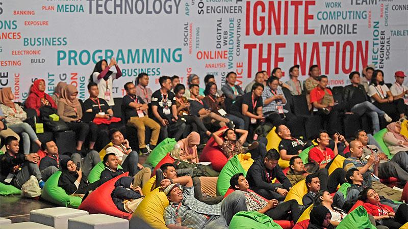 Peserta menyimak diskusi di sela-sela peluncuran Ignite the Nation-Gerakan Nasional 1.000 Startup Digital Satu Indonesia di Istora Senayan, Jakarta, Minggu (19/8/2019). Gerakan tersebut merupakan langkah anak bangsa memajukan Indonesia melalui pengembangan startup berbasis teknologi, inovasi, dan memiliki nilai tambah. Antara/Puspa Perwitasari