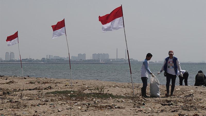 Para relawan melakukan aksi bersih-bersih pantai dan laut dari sampah di Pantai Timur Kelurahan Ancol, Jakarta, Minggu (18/8/2019). Acara yang diadakan oleh Kementerian Kelautan dan Perikanan (KKP) tersebut juga digelar secara serentak di lebih dari 100 lokasi di Indonesia dalam rangka memperingati HUT ke-74 Kemerdekaan Republik Indonesia yang diikuti 300 komunitas dan organisasi. Bisnis/Himawan L Nugraha