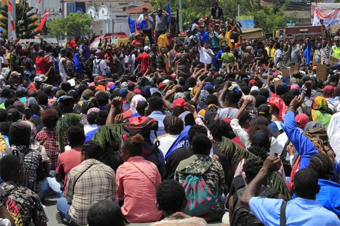 Massa melakukan aksi di Jayapura, Senin (19/8). Aksi tersebut untuk menyikapi peristiwa yang dialami mahasiswa asal Papua di Surabaya, Malang dan Semarang. Antara/Gusti Tanati