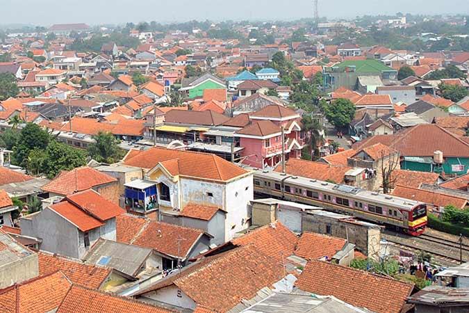 KRL Commuter Line Bogor-Jakarta melintasi perlintasan Kebon Pedes, Tanah Sareal, Kota Bogor, Jawa Barat, Selasa (20/8/2019). Kementerian Perhubungan akan memperpanjang jalur KRL Commuter Line hingga Karawang, Jawa Barat dengan konstruksi prasarana kereta api dimulai pada tahun 2020 dan tahap awal dilakukan revitalisasi Stasiun Karawang. ANTARA FOTO/Arif Firmansyah