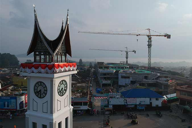 Foto udara progres pembangunan Pasar Atas Bukittinggi, Sumatra Barat, Kamis (22/8). Pusat Pertokoan Pasar Atas yang terbakar tahun 2017 itu dibangun kembali dengan konsep gedung ramah lingkungan, terdiri dari empat lantai, dengan dana APBN Rp292 miliar dan ditarget selesai pada Oktober 2019. Antara/Iggoy el Fitra