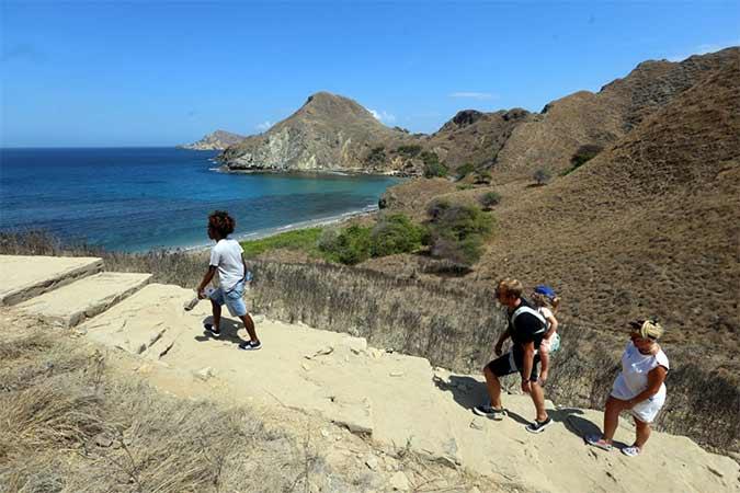 Wisatawan mancanegara mengunjungi Pulau Padar, Kawasan Taman Nasional Komodo, Nusa Tenggara Timur, Kamis (22/8). Asosiasi Travel Agent Indonesia (Astindo) memproyeksikan kunjungan wisatawan mancanegara sepanjang 2019 hanya akan menyentuh 16 juta orang, atau jauh di bawah target 18 juta orang yang ditetapkan pemerintah. Bisnis/Rachman