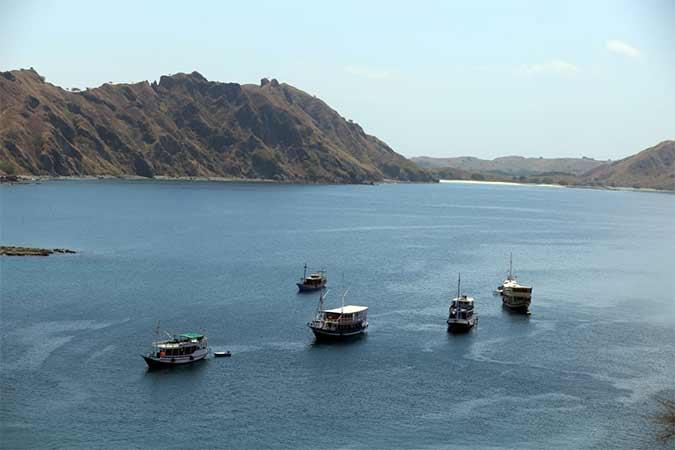 Kapal wisata saat berlabuh di Pulau Padar, Kawasan Taman Nasional Komodo, Nusa Tenggara Timur, Kamis (22/8). Asosiasi Travel Agent Indonesia (Astindo) memproyeksikan kunjungan wisatawan mancanegara sepanjang 2019 hanya akan menyentuh 16 juta orang, atau jauh di bawah target 18 juta orang yang ditetapkan pemerintah. Bisnis/Rachman