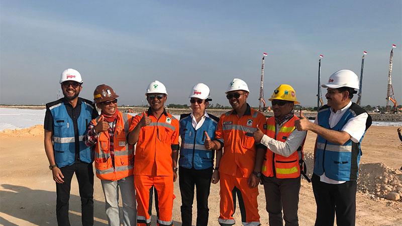 Direktur Utama PT Freeport Indonesia Tony Wenas memperlihatkan proyek smelter yang berlokasi di kawasan industri JIIPE, Gresik, Jawa Timur, Sabtu (24/8). Smelter tembaga PT FI tersebut ditargetkan selesai pada 2023 dengan menelan investasi senilai US$3 miliar atau sekitar Rp45 triliun. Bisnis/Arif Budisusilo