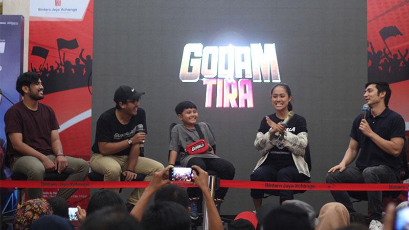 Para pemain film Gundala (dari kiri) Zadni Hakim, Dimas Danang, Muzzaki Ramdhan, Putri Ayudya, Abimana Aryasatya, menghadiri acara meet and greet film Gundala di Bintaro X-change Mall, Tangerang, Banten, Minggu (25/8/2019). Film yang bercerita tentang pahlawan super ini mulai tayang serentak pada 29 Agustus 2019 di bioskop. Antara/ Fauzan