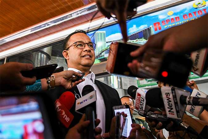 Gubernur DKI Jakarta Anies Baswedan (kiri) menjawab pertanyaan wartawan usai menjenguk Presiden ketiga RI BJ Habibie di Rumah Sakit Pusat Angkatan Darat (RSPAD), Jakarta, Selasa (10/9/2019). Antara/Galih Pradipta